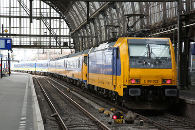 NS 186002, Amsterdam C.S., on rear of IC940 13.37 to Breda - 19/03/17.