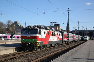 VR Sr1 3060 reversing into Helsinki Central with the ECS for P31 18.39 to Moskva Leningradski - 19/04/18