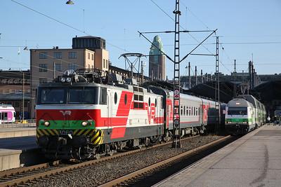 VR Sr1 3060 / Sr2 3246, Helsinki Central, P31 18.39 to Moskva Leningradski / IC29 18.14 to Oulu - 19/04/18