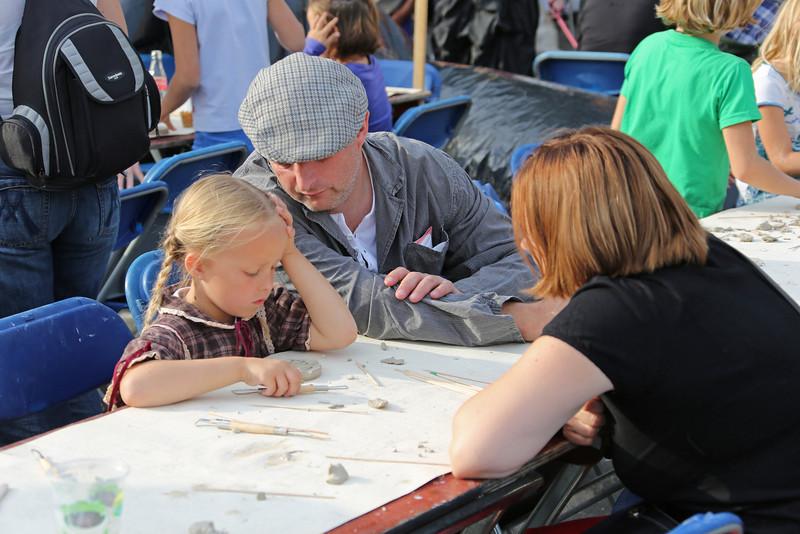Viering 100 Jaar Internationale Vliegweek in Temse - Zondag 16 september 2012<br /> Academie en Vaktekenschool Temse - Workshop voor kinderen (maken herinneringsmedaille)