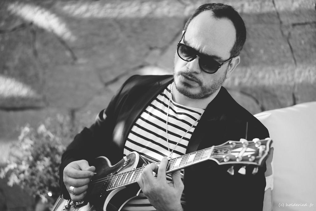 Guitariste en acoustique en live