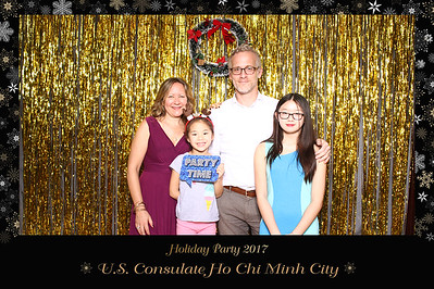 Chụp ảnh lấy liền và in hình lấy liền từ photobooth tại tiệc giáng sinh của đại sức quán Hoa Kỳ tại Việt Nam | Instant Print Photobooth at US Consulate Holiday Party | PRINTAPHY - PHOTO BOOTH VIETNAM