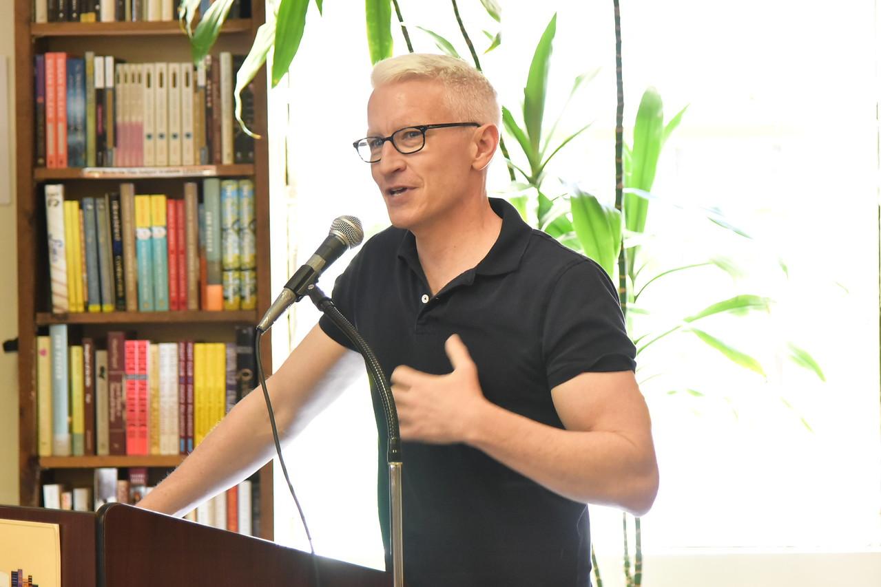 Anderson CooperBook Revue, Huntington4-24-16.photo by Rob Rich/SocietyAllure.com © 2016 robwayne1@aol.com 516-676-3939