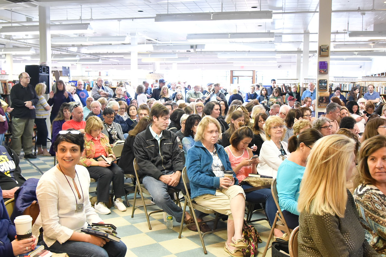 Crowd for Anderson Cooper