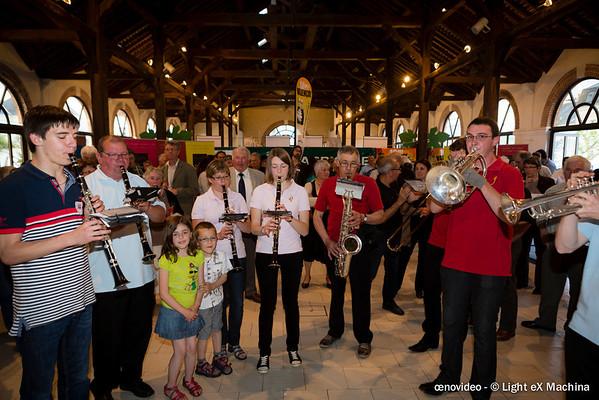 Festivités pour les 10 ans de l'AOC Valençay à la Halle au Blé : la fanfare.