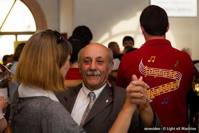 Festivités pour les 10 ans de l'AOC Valençay. Le maire danse avec un membre du jury au son de la fanfare locale .