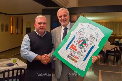 Il Sindaco Ansideri riceve da Giuliano Rossi la maglia di gioco con gli autografi della squadra