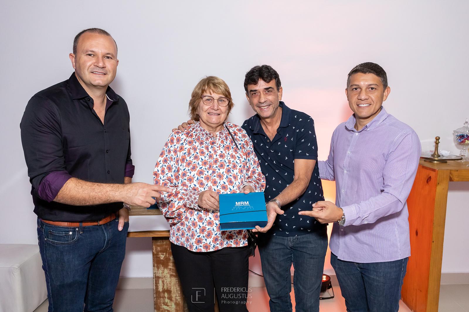 Os responsáveis da MRM Empreendimentos Márcio Cruz e Marconi Goncalves fazendo entrega de chaves do empreedimento para proprietários