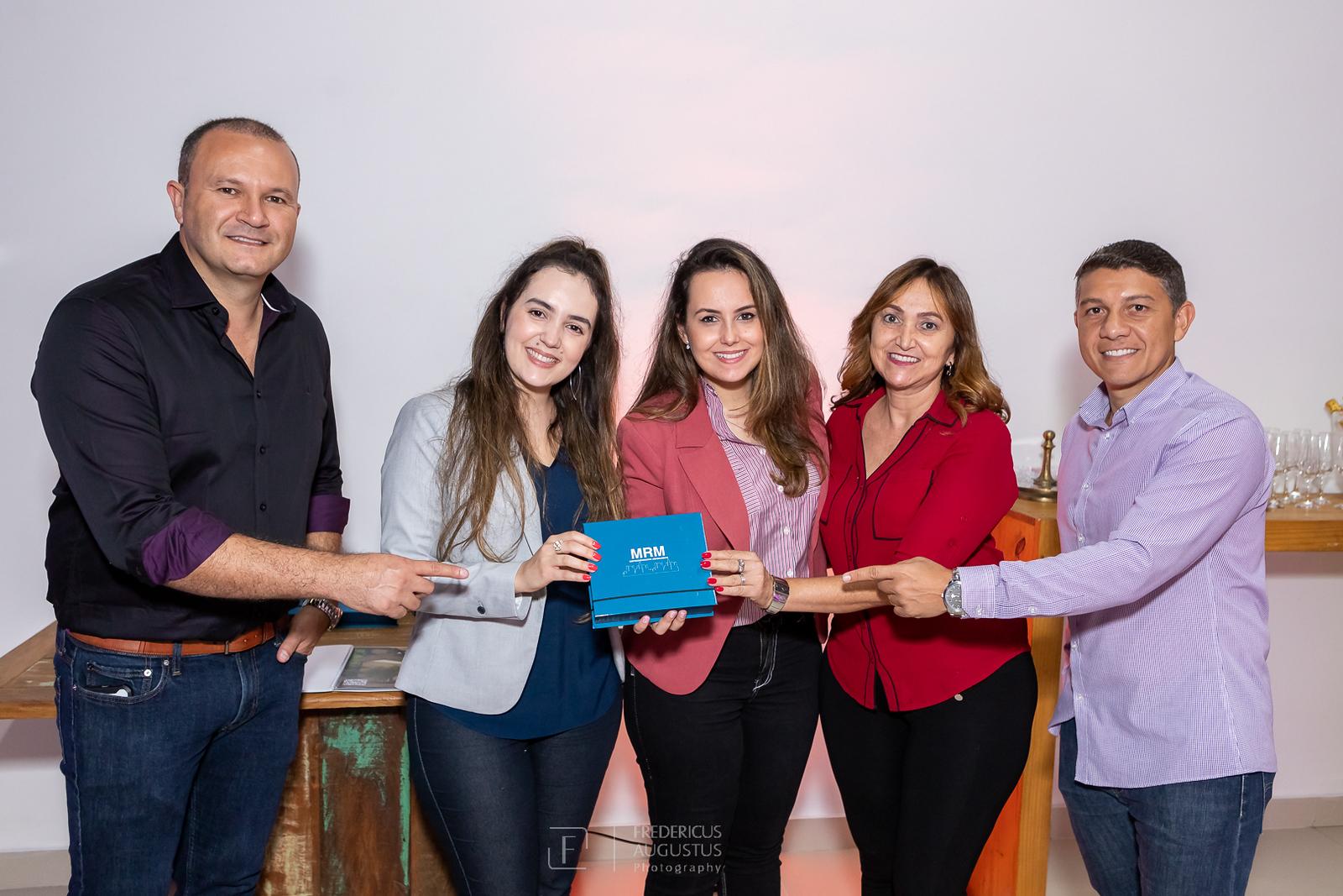Os responsáveis da MRM Empreendimentos Márcio Cruz e Marconi Goncalves fazendo entrega de chaves do empreedimento para proprietárias