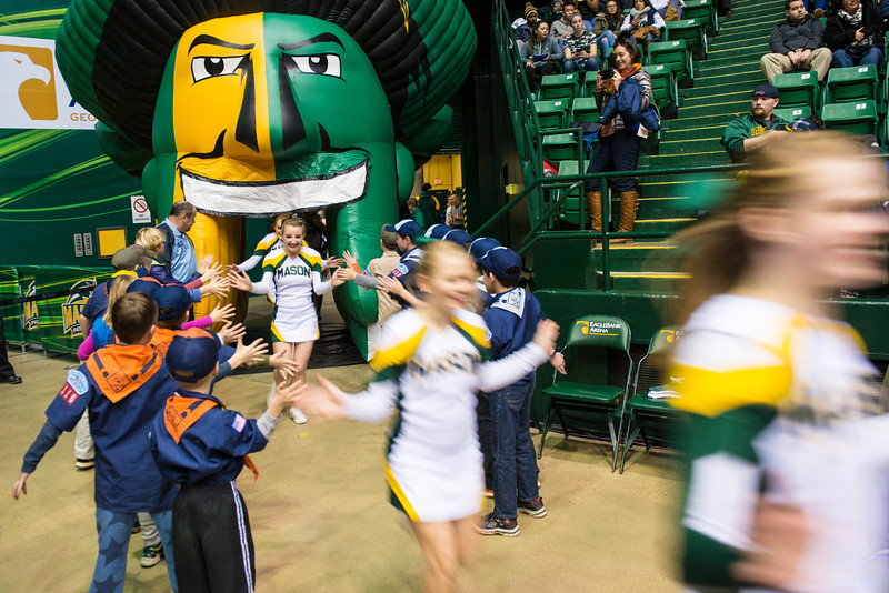 The Men's Basketball game against Davidson during Homecoming 2016.  Photo by Ron Aira/Creative Services/George Mason University