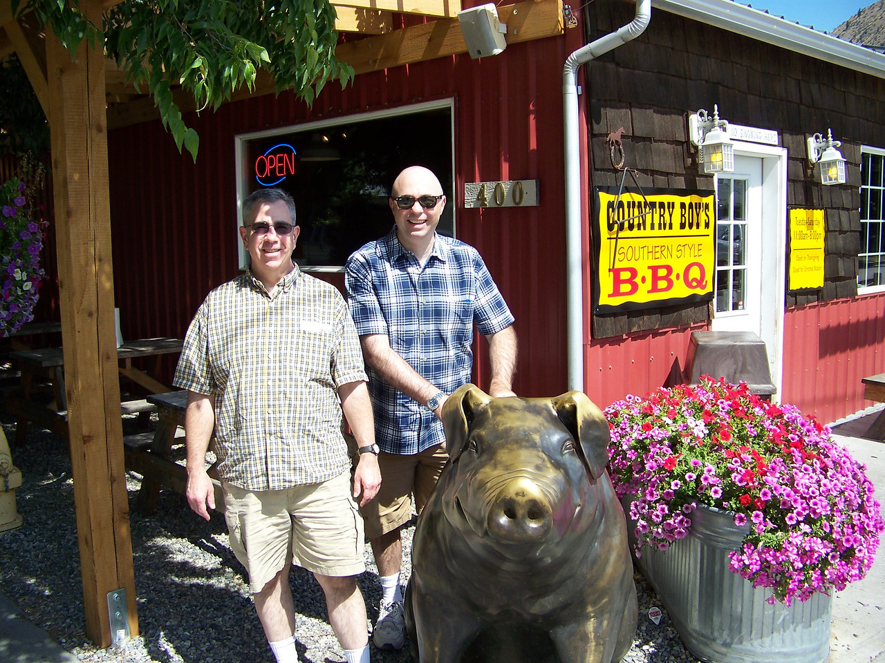 """From Leavenworth, we drove fifteen minutes east to the town of Cashmere.  We had a great lunch at <b><a target=""""_new"""" href=""""http://www.countryboysbbq.com/"""">Country Boy's BBQ</a></b>, where Dave and Pat posed with their pig statue."""