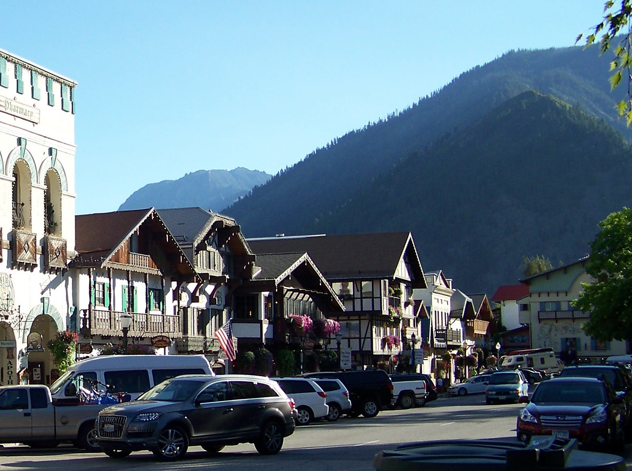 Wilkommen to Leavenworth, Washington's own little slice of Bavaria!  Dave, Pat and I made the two-hour drive from Seattle for a quick overnight getaway here.  This is one section of Front Street, which is lined with German-themed shops and restaurants.