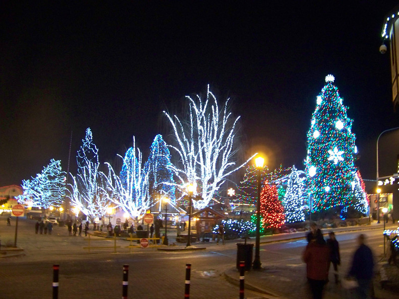 """After we came out of the show, we were delighted to find that we had most of the town to ourselves!  The people who came on daytrips must've left after the Christmas Lighting Ceremony. [Leavenworth, WA - December 2013 - <b><a target=""""_new"""" href=""""http://youtu.be/NqCqDCOY_tc"""">Watch my video here</a></b>]"""