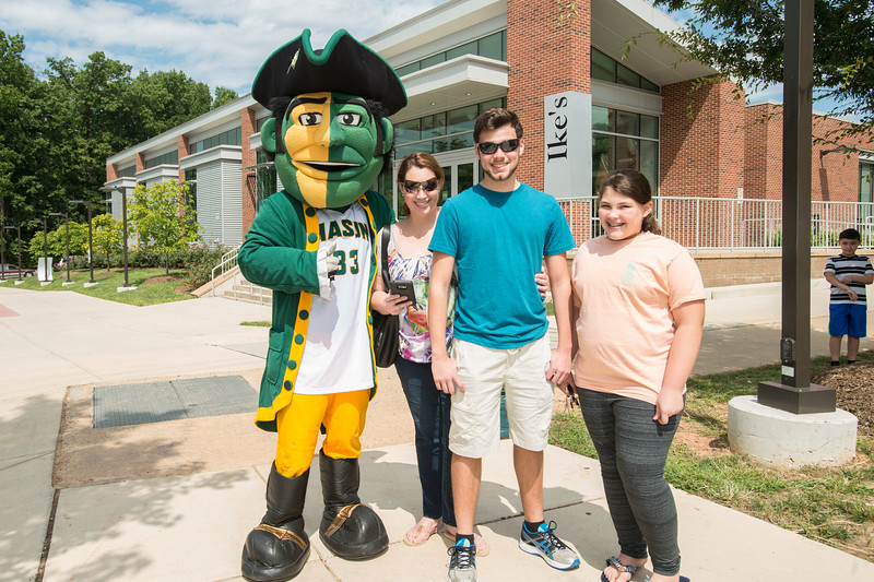 Student volunteers and University Life staff welcome the incoming Class of 2021 on the Fairfax Campus.  Photo by:  Ron Aira/Creative Services/George Mason University