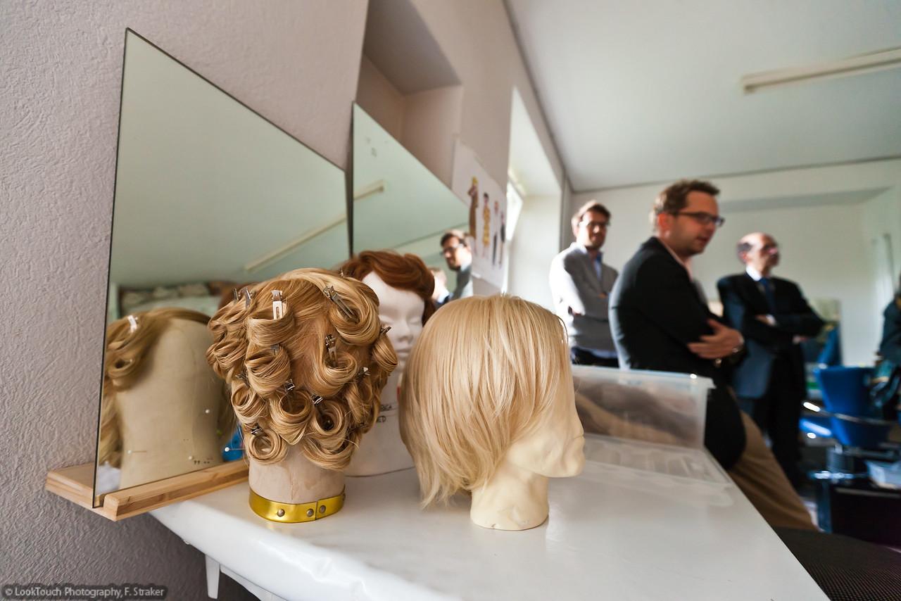 Die Perücken werden für den Schauspieler nach Mass  angefertigt. Ein genauer Modell-Kopf reduziert die Zeit für die Anprobe.