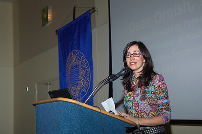 Ms. Isabel Cruz introducing Dr. Dean Ornish at the Saturday (10/13/07) evening banquet