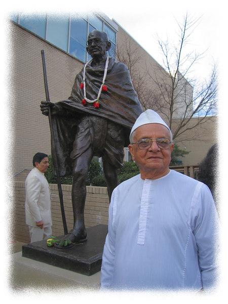 00aFavorite Thakorbhai Parekh by Gandhi's statue  (Arvind Shah in bg) [edgefade10 frame]