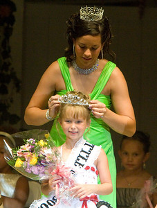 The 2007 Miss Boone County Fair Queen Amy Rak crowns this year's Little Miss Boone County, Breyon Johnsons, 8, during the Miss Boone County Fair competition on Tuesday night.