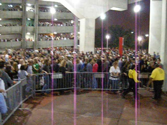 DSCN4429 crowd outside concert
