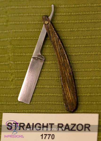 Small straight razor, approximatly three inches long.