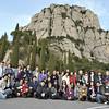 Cả nhóm chụp chung trước núi Montserrat