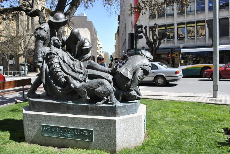 Quảng trường Pamplona - thủ đô của nước Navarra Tây Ban Nha.  Đây là nơi thánh Inhã chiến đấu bảo vệ quân đội Tây Ban Nha, và đã bị thương nặng: một viên đạn đại bác làm gẫy nát chân bên phải và cũng làm chân bên trái bị thương nặng.  Sau khi ở lại Pamplona được 15 ngày, quân Pháp đặt ngài trên môt cái cáng và khiêng Ngài về tận nhà ở Loyola.  Nơi đây đánh dấu cuộc hành trình thiêng liêng của Ngài.