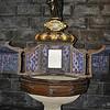 """Loyola - Bé Ignitio Lopez được rửa tội nơi giếng này, năm 1491.  Tay thánh I-Nhã như chỉ xuống giếng: """"Tôi được rửa tôi ở đây!"""""""