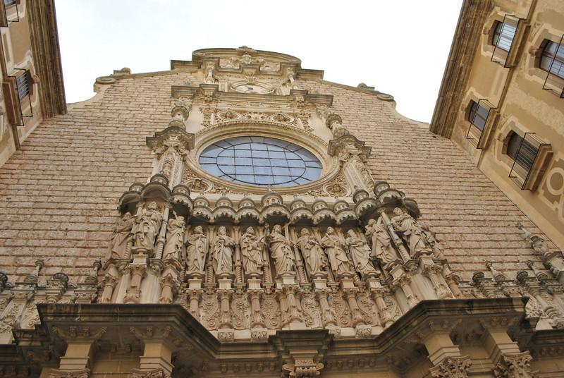 Nhà thờ Monserrat - Nơi đây nổi tiếng qua nhiều thế kỷ là tượng Đức Mẹ đen (Our Lady of Montserrat). Tượng Đức Mẹ  ôm Chúa có mặt màu đen là do sự biền đổi của dầu sơn qua nhiều thế kỷ.  Đức Mẹ Đen đã nổi tiếng nhanh chóng vì những phép lạ người ta đã nhận lãnh.  Năm 1522 thánh Inhã đã hành hương đến Montserrat ngay sau khi sức khỏe phục hồi và quay về với Chúa.  Suốt 3 ngày chuẩn bị, viết tất cả các tội lỗi trên một tờ giấy trắng, ngài đã xưng tội. Sau đó ngài đã cởi bỏ quần áo hiệp sĩ, mang huy hiệu Chúa Kitô và canh thức suốt đêm trước bàn thờ, đã treo gươm trên bàn thờ Đức Mẹ. Sáng ngày 25-3-1522 ngài lấy tên mới là Inhaxiô, mặc áo vải xô và hành trình xuống Manresa