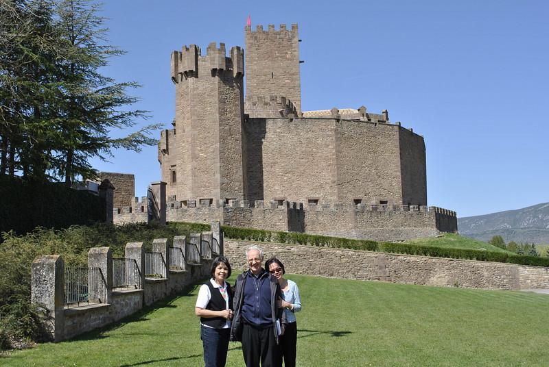 """Lâu đài Javier là một lâu đài kiên cố của gia đình thánh Phanxicô Xavier được xây vào thế kỷ 16.  Thánh Phanxicô  Xavier theo học trưòng đại học hạng nhất trong Hội thánh và Âu Châu lúc đó.  Ban đầu Ngài định lấy bằng tiến sĩ để có địa vị cao sang nhưng khi gặp thánh Inhã năm 1529, cuôc đời Ngài đã đảo lộn.  Ngài gia nhập nhóm """"những người bạn trong Chúa"""", trở thành Linh mục và đi truyền giáo cho cả vùng Đông Nam Á."""
