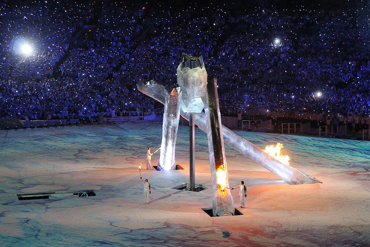 Wayne Gretzky, Nancy Greene, Steve Nash and Catriona Le May Doan light the Olympic cauldron.