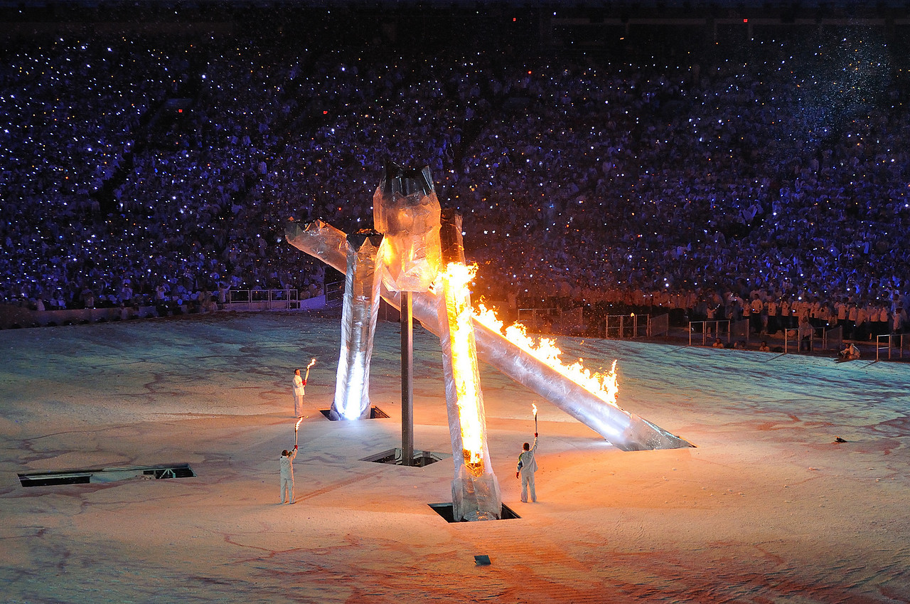 Wayne Gretzky, Nancy Greene, Steve Nash and Catriona Le May Doan light the Olympic cauldron.