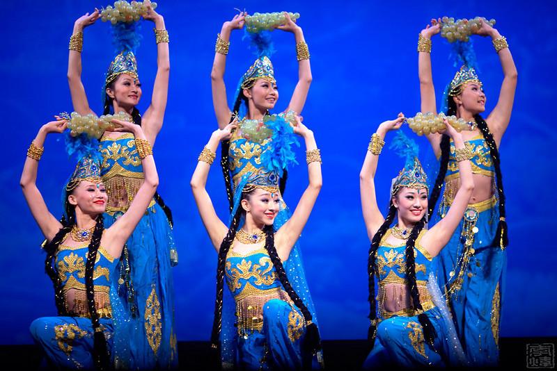 中国武警文工团, 维吾尔族舞蹈《丰收时节》前排左起, 田芳, 臧小惠, 汪冬儿, 后排左起: 张茜, 王楠, 钟媛