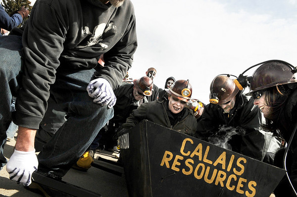 "Steph Von Mende, middle, gets into the ""Ghost of Caribou Gold Mine"" coffin while members Leslie Seal, right, and Greg Keller, center right, work with the rest of their team to carry her during the Dead Guy Coffin Parade on Saturday, March 5, during ""Frozen Dead Guy Days"" in Nederland. For more photos and video go to  <a href=""http://www.dailycamera.com"">http://www.dailycamera.com</a><br /> Jeremy Papasso/ Camera"
