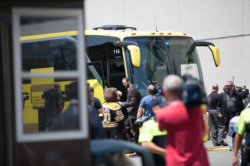 Zdeno Chara gives Blades a signature before getting on the bus - 2013-06-21 at 12-06-51