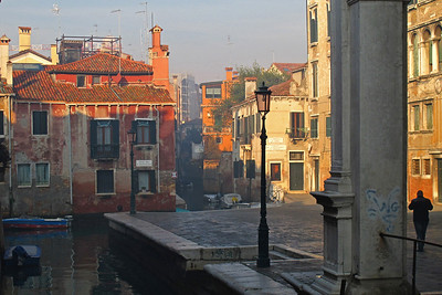 Walking from our BnB towards Rialto bridge to watch the Regata delle Befane