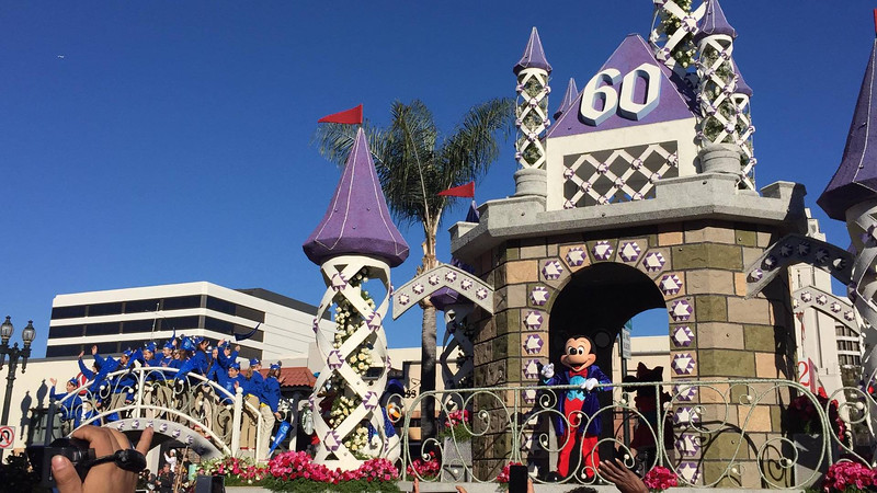 PICS: Disneyland Resort blooms at 2016 Tournament of Roses Rose Parade, Star Wars, Frozen