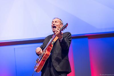 Heinz Oberhummer rockt auf der Gitarre