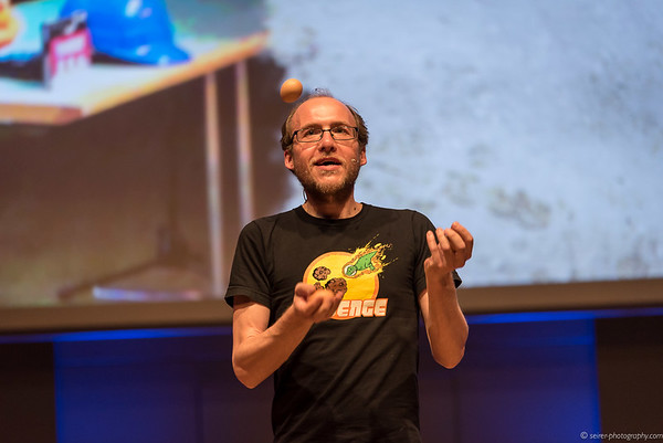 Florian Freistetter beim Jonglieren und rezitieren der Nachkommastellen von Pi