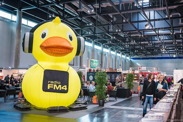 """""""Buch Wien"""" mit einer riesigen FM4 Ente"""