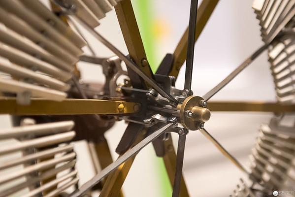 Amerikanisches Windrad, dessen Flügel bei Sturm automatisch/mechanisch eingeklappt werden