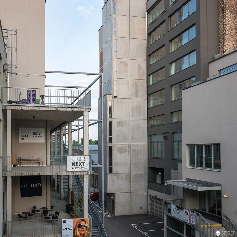 Blick an der Anzenberger Galerie und dem Ostlicht vorbei zur Expedithalle
