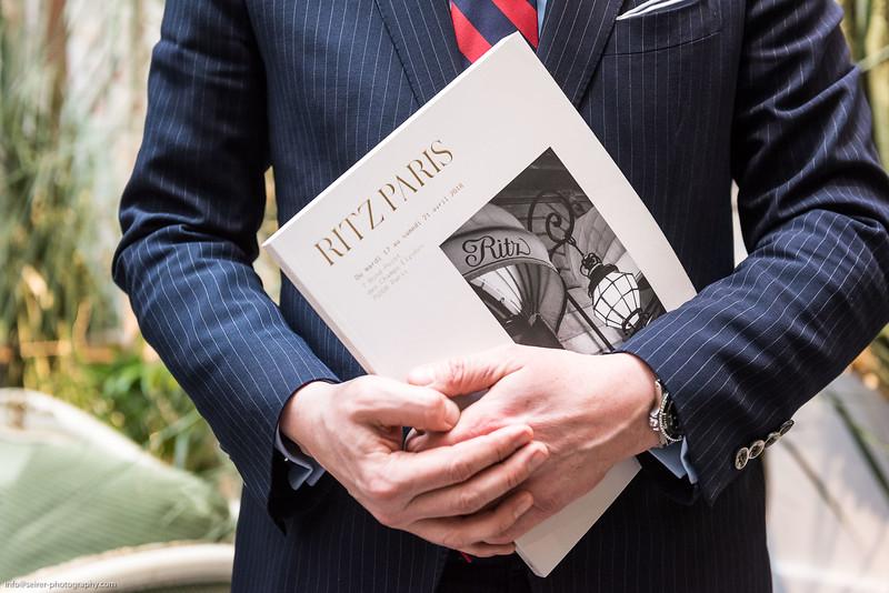 Stéphane Aubert von Artcurial. Ausstellung von Einrichtungsgegenständen vom Hotel Ritz in Paris in Wiener Ausstellung.