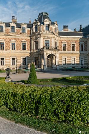 """Die Hermesvilla ist ein Schloss im Lainzer Tiergarten in Wien. Vor dem Schloss findet sich eine Hermes-Statue aus weißem Marmor. Kaiser Franz Joseph I. schenkte das Schloss seiner Ehefrau, Kaiserin Elisabeth, als """"Schloss der Träume""""."""