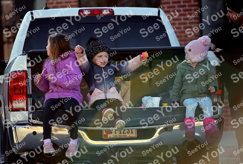 -Messenger photo by Britt Kudla<br /> (left to right) Jayden Hoeppner (5 years old), Harper Curiel-Ritts (4 years old), and Jazzlyn Hoeppner (2 years old) wait patiently for Santa to drive by during Manson Christmas Parade on Saturday