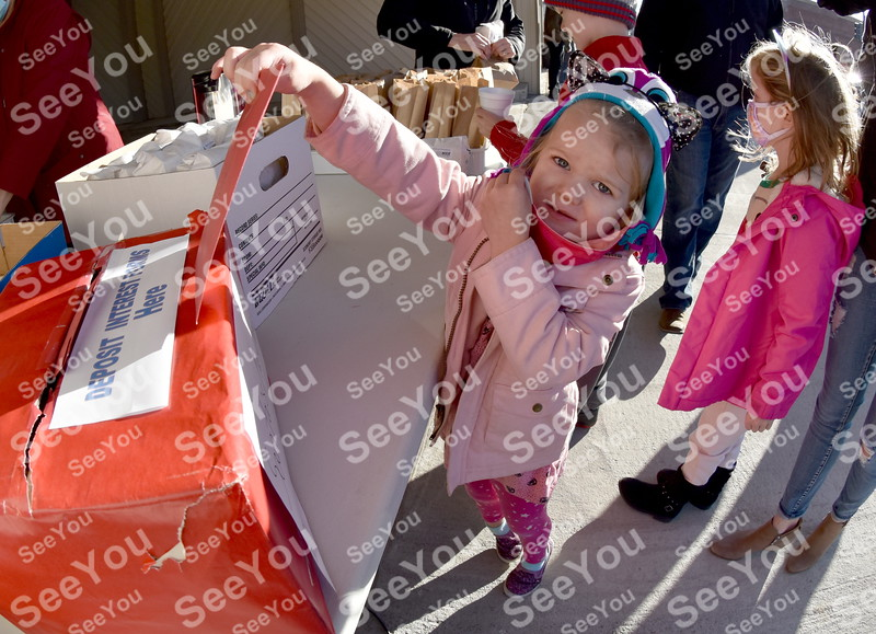 -Messenger photo by Britt Kudla<br /> Marley Miles (3 years old) hand deliver a letter for Santa during the Manson Christmas Parade on Saturday