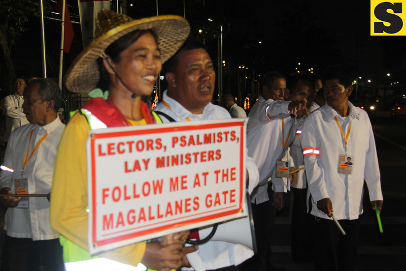 Usherettes waiting for the arrival of IEC delegates at Plaza Independencia