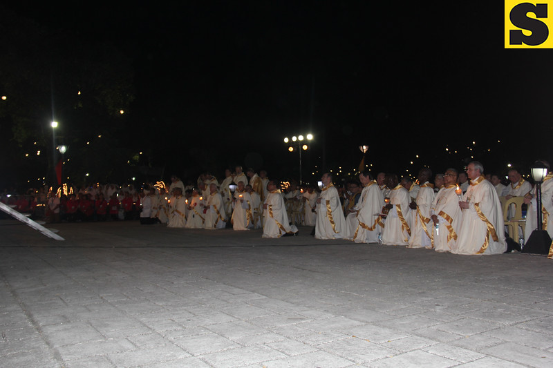 Bishops and cardinals kneeling at Plaza Independencia for the IEC Benediction