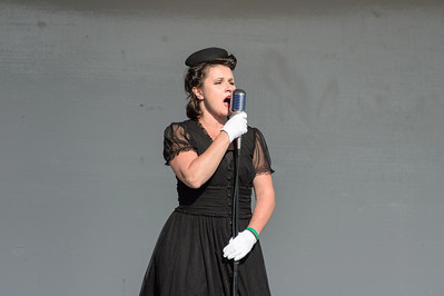 Theresa Eaman sing '40 tunes at the WWII Weekend