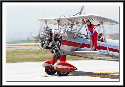Margaret Stivers, the wing-walker waved to the crowd to record her 1000th flight.