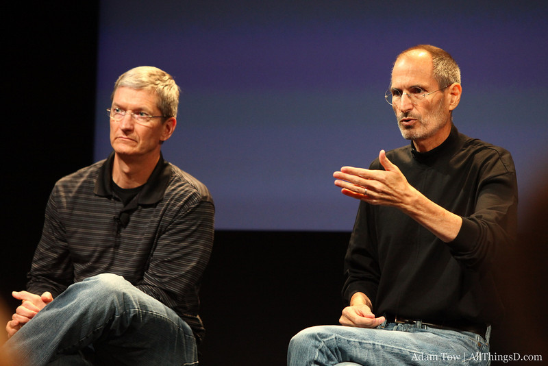 Tim Cook and Steve Jobs answer questions about the iPhone 4 antenna.
